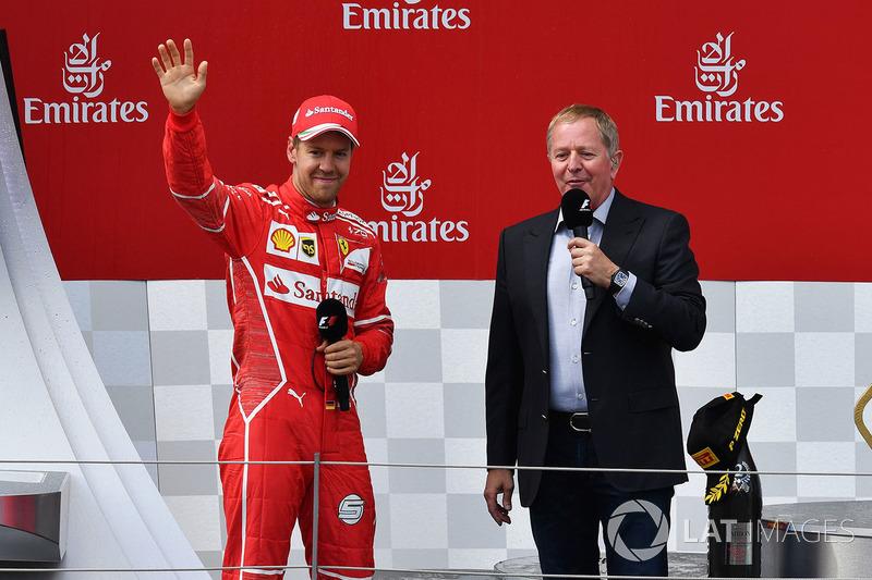 Подиум: победитель Валттери Боттас, Mercedes AMG F1, и комментатор Sky TV Мартин Брандл