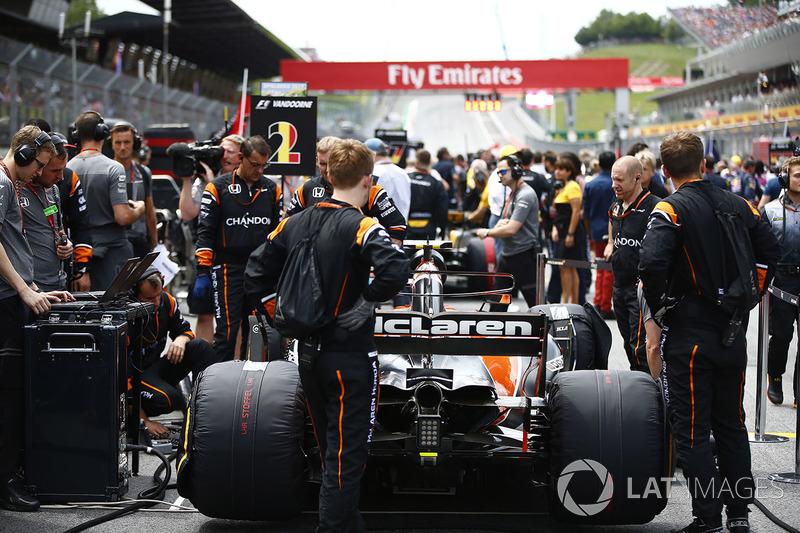 The McLaren team, the car of Stoffel Vandoorne, McLaren MCL32