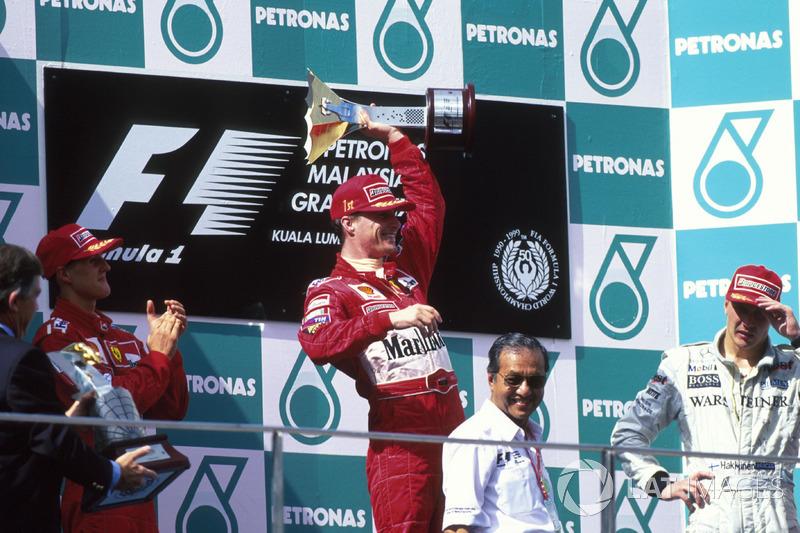 Podio: il vincitore Eddie Irvine, Ferrari, secondo Michael Schumacher, terzo Mika Hakkinen, McLaren