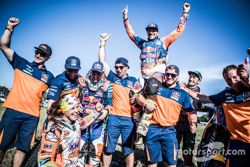 #19 KTM Racing Team: Laia Sanz, #14 Red Bull KTM Factory Racing: Sam Sunderland and #16 Red Bull KTM Factory Racing: Matthias Walkner celebrate with the team