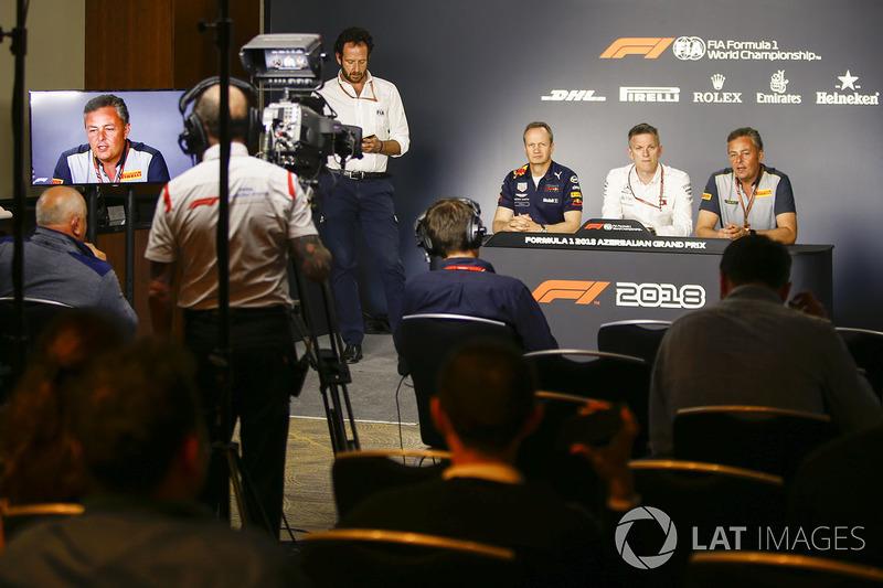 Jonathan Wheatley Gerente, Red Bull Racing, James Allison, Director Técnico, Mercedes AMG, y Mario Isola, Gerente de Carreras, Pirelli Motorsport, en una conferencia de prensa