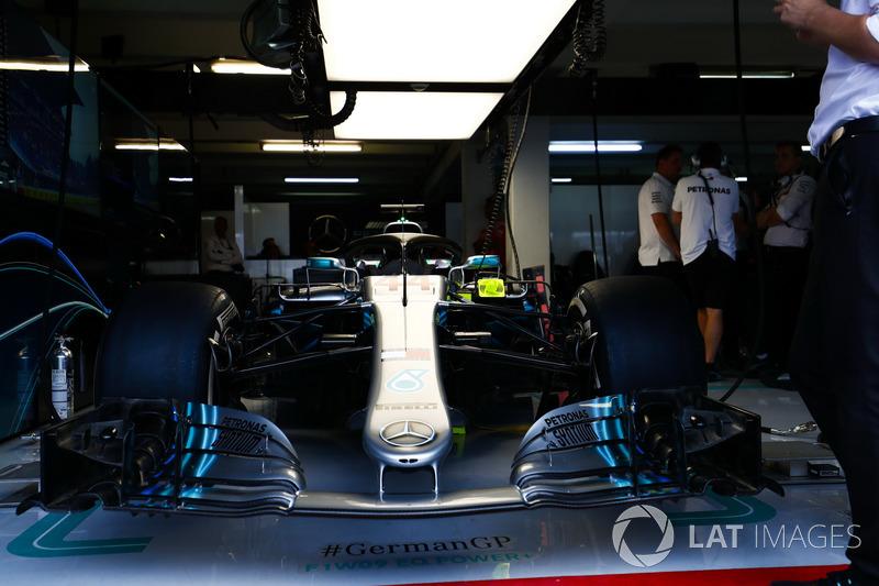 El coche de Lewis Hamilton, Mercedes AMG F1 W09, en el box