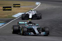 Valtteri Bottas, Mercedes-AMG F1 W09 and Sergey Sirotkin, Williams FW41