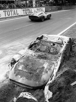 El coche quemado Ferrari 250P #0812 de John Surtees y Willy Mairesse pasa por el Ferrari 250 GTO #4293GT of Jean Beurlys y Gerard Langlois von Ophem