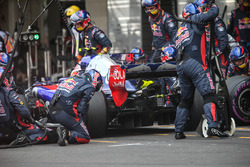 Pierre Gasly, Scuderia Toro Rosso STR12 makes a pitstop