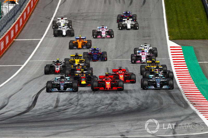 Lewis Hamilton, Mercedes AMG F1 W09, Valtteri Bottas, Mercedes AMG F1 W09, Kimi Raikkonen, Ferrari SF71H, Max Verstappen, Red Bull Racing RB14, Sebastian Vettel, Ferrari SF71H, Romain Grosjean, Haas F1 Team VF-18, et le reste du peloton au départ de la course