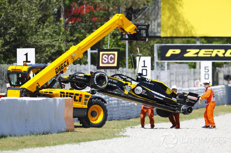 El dañado coche de Nico Hulkenberg, Renault Sport F1 Team R.S. 18. es removido del circuito por mariscales