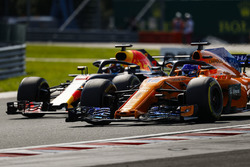Fernando Alonso, McLaren MCL33, battles with Daniel Ricciardo, Red Bull Racing RB14