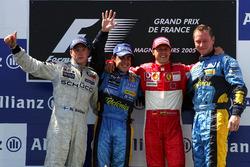Podio: il secondo classificato Kimi Raikkonen, McLaren, il vincitore della gara Fernando Alonso, Renault F1 Team, il terzo classificato Michael Schumacher, Ferrari e Jonathan Wheatley, Chief Mechanic, Renault