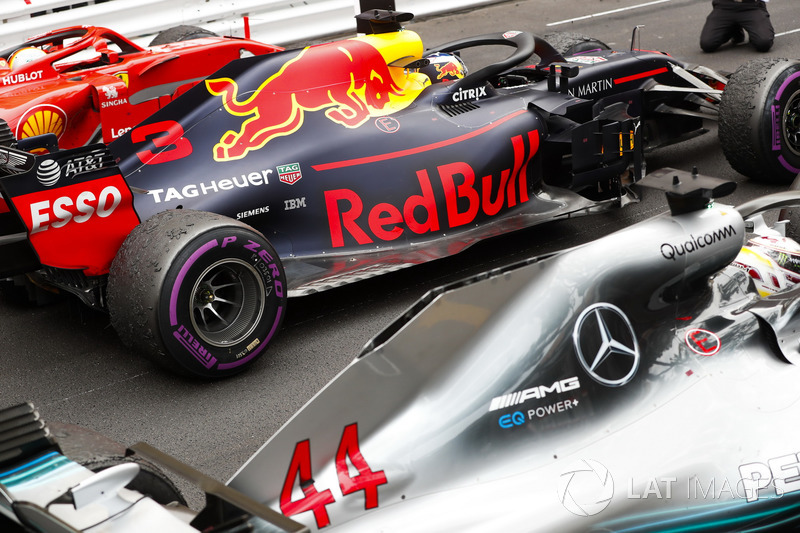 2. Sebastian Vettel, Ferrari SF71H, Yarış galibi Daniel Ricciardo, Red Bull Racing RB14, 3. Lewis Hamilton, Mercedes AMG F1 W09, Parc Ferme