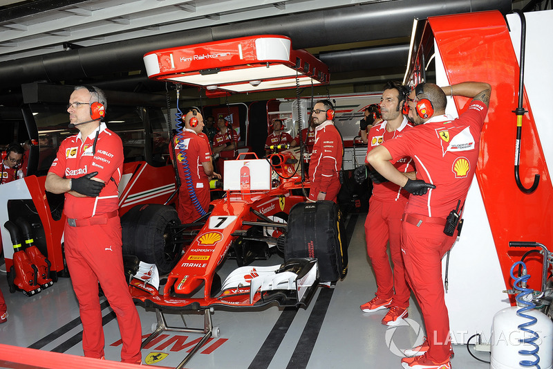Kimi Raikkonen, Ferrari SF70H en el garaje