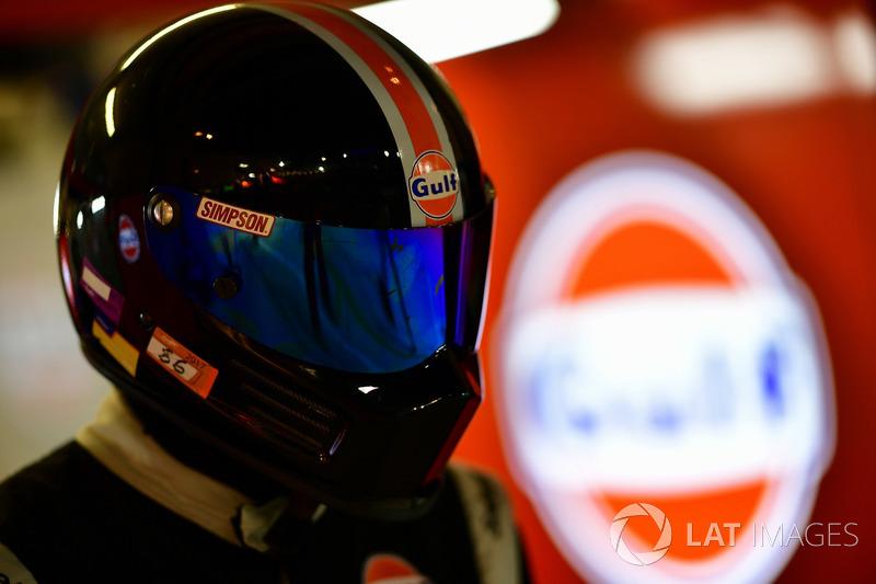 #86 Gulf Racing Porsche 911 RSR: Michael Wainwright, Benjamin Barker, Alex Davison, pit stop
