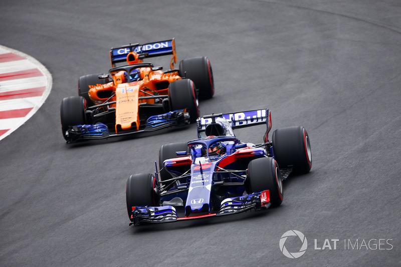 Brendon Hartley, Scuderia Toro Rosso STR13, Fernando Alonso, McLaren MCL33