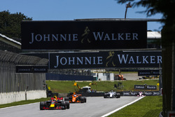 Макс Ферстаппен, Red Bull Racing RB13, Фернандо Алонсо, McLaren MCL32, и Фелипе Масса, Williams FW40