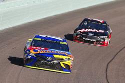 Kyle Busch, Joe Gibbs Racing Toyota, Clint Bowyer, Stewart-Haas Racing Ford