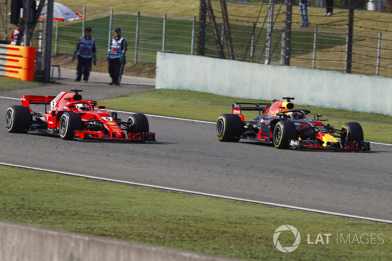 Daniel Ricciardo, Red Bull Racing RB14 Tag Heuer, passe Sebastian Vettel, Ferrari SF71H