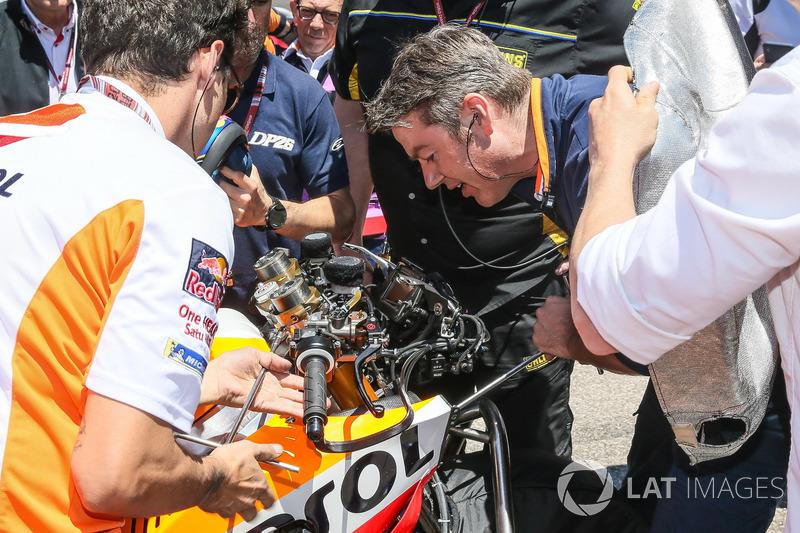 Механіки міняють налаштування мотоцикла Дані Педроса, Repsol Honda Team, на стартовій решітці