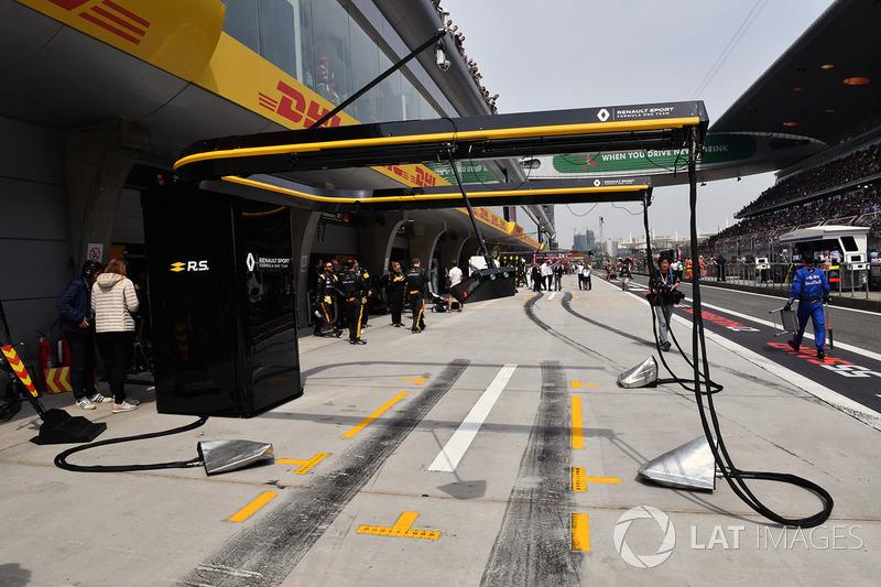 Le box Renault Sport F1 Team