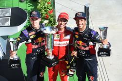 Подиум: Даниил Квят, Red Bull Racing, победитель Себастьян Феттель, Ferrari, и Даниэль Риккардо, Red Bull Racing