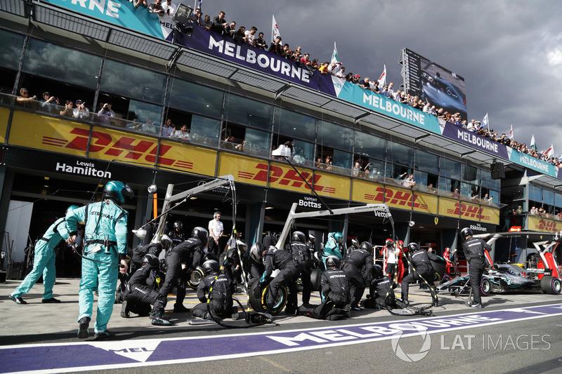 Arrêt au stand pour Lewis Hamilton, Mercedes AMG F1 W09
