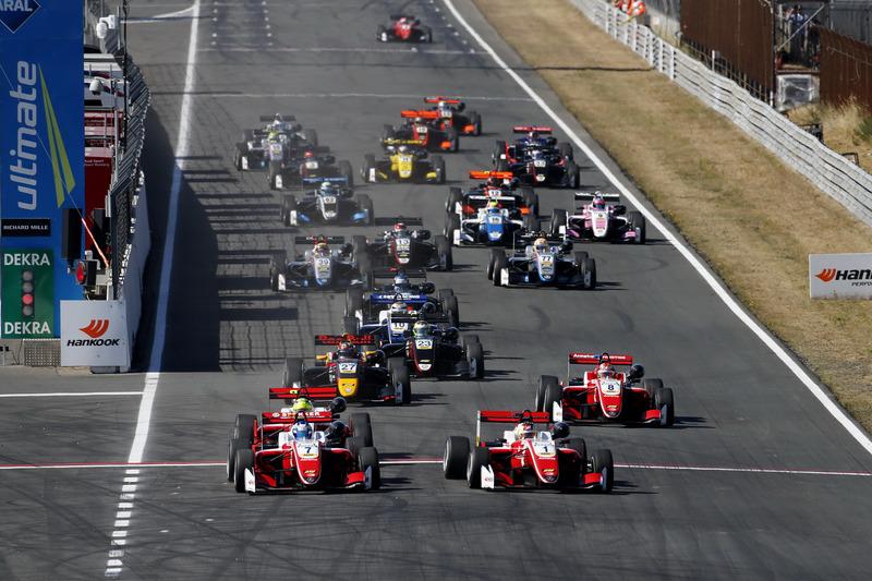 Inicio de la carreraRalf Aron, PREMA Theodore Racing Dallara F317 - Mercedes-Benz leads
