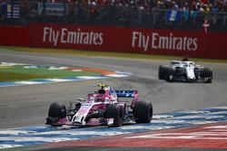 Эстебан Окон, Sahara Force India F1, и Маркус Эрикссон, Alfa Romeo Sauber C37