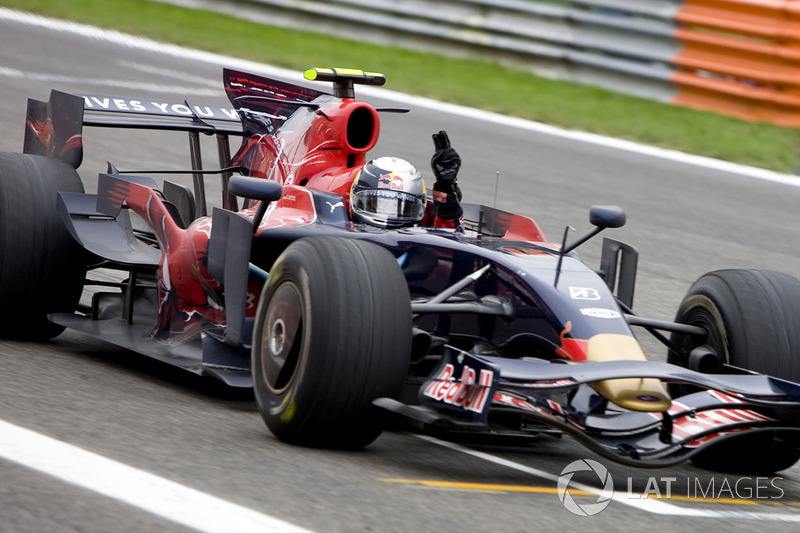 Sebastian Vettel, Scuderia Toro Rosso STR03 taglia il traguardo e vince il suo primo GP
