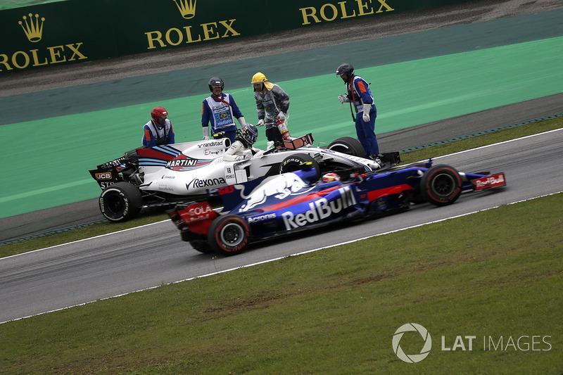 Pierre Gasly, Scuderia Toro Rosso STR12 pasa el coche de Lance Stroll, Williams FW40 detenido en la PL3