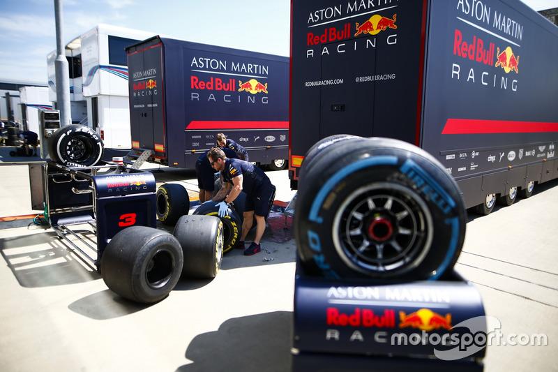 Des ingénieurs Red Bull avec des pneus