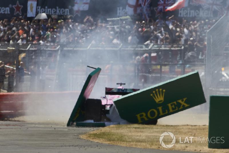 Sergio Perez, Force India VJM11, va in testacoda e sbatte contro un cartellone, alla partenza