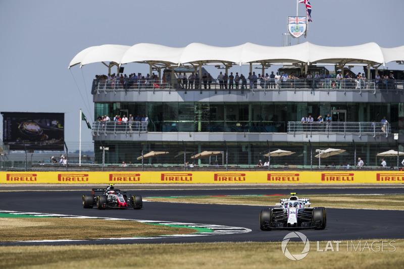 Sergey Sirotkin, Williams FW41, devant Kevin Magnussen, Haas F1 Team VF-18