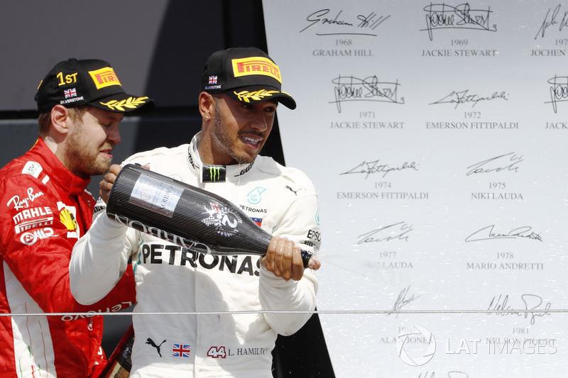 Sebastian Vettel, Ferrari, e Lewis Hamilton, Mercedes AMG F1, festeggiano sul podio con lo champagne