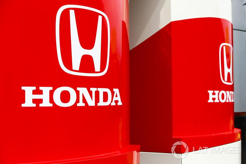 Honda marca en la autocaravana y el transportador del fabricante