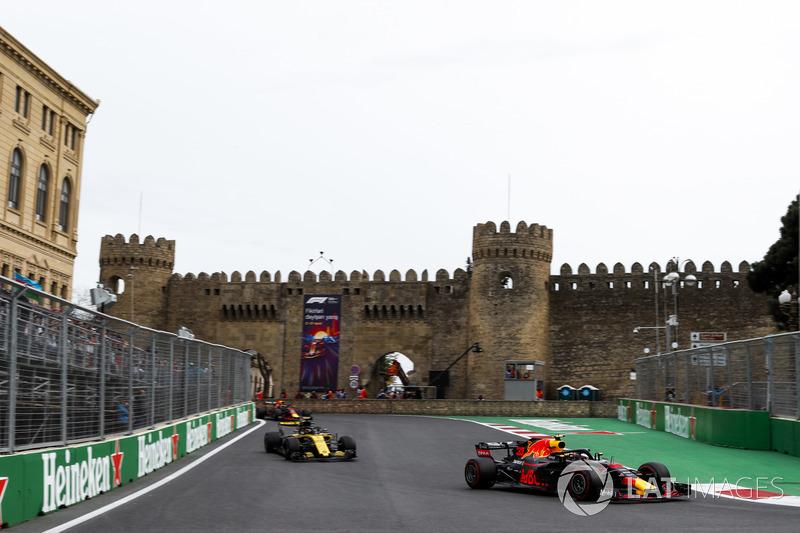 Max Verstappen, Red Bull Racing RB14 Tag Heuer, Carlos Sainz Jr., Renault Sport F1 Team R.S. 18