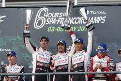 Sur le podium : les vainqueurs #8 Toyota Gazoo Racing Toyota TS050: Sébastien Buemi, Kazuki Nakajima, Fernando Alonso