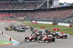 Felipe Massa, Ferrari F10 precede Fernando Alonso, Ferrari F10 alla partenza della gara