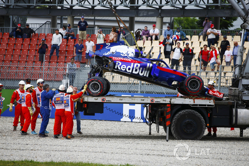 Marshals remove the wrecked Brendon Hartley Toro Rosso STR13 after it crashed heavily