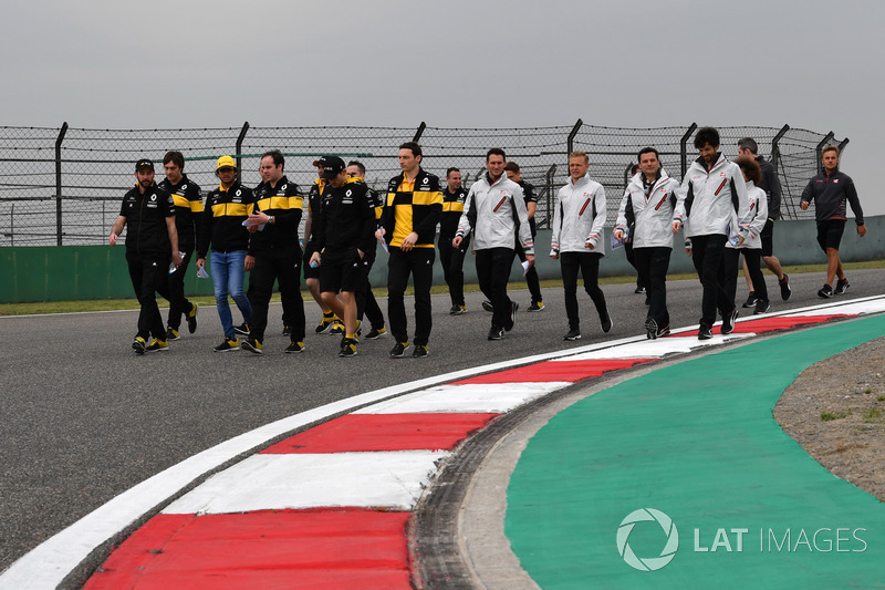Carlos Sainz jr, Renault Sport F1 Team and Kevin Magnussen, Haas F1 Team walk the track