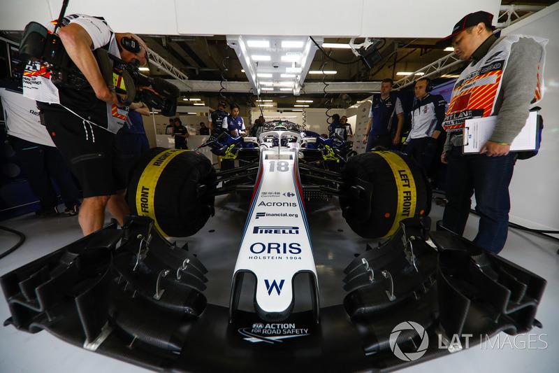 Lance Stroll, Williams Racing, en el garaje del equipo