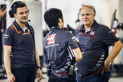 Ayao Komatsu, Chief Race Engineer, Haas F1, e Gene Haas, proprietario del Team Haas F1, festeggiano il risultato