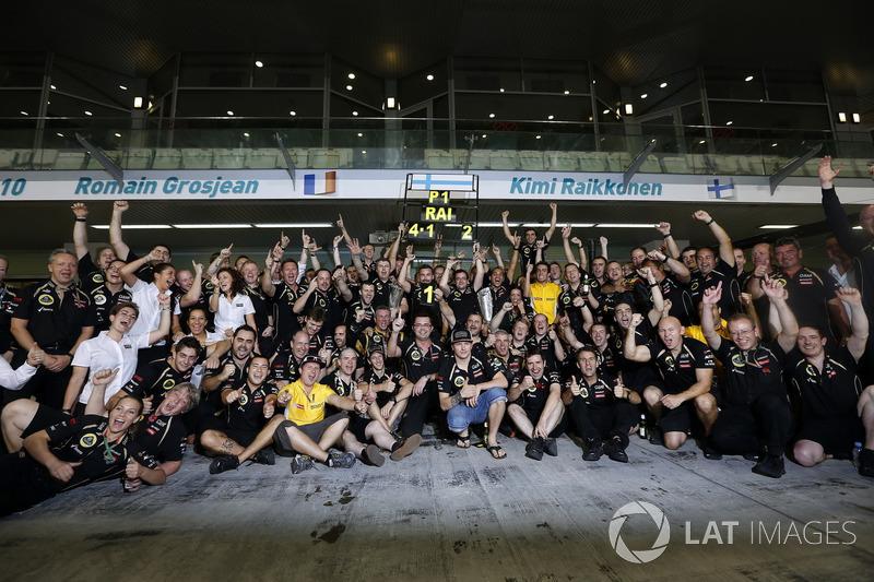 Kimi Raikkonen, Lotus F1 Team celebra conel equipo