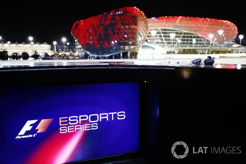 F1 E-Sport logo en la pantalla, los edificios del circuito en el fondo