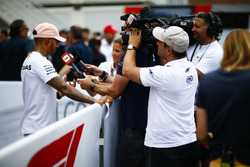 Un caméraman de la Fox filme Lewis Hamilton, Mercedes AMG F1