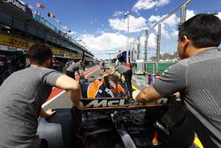 Механики McLaren выводят MCL32 Фернандо Алонсо на пит-лейн