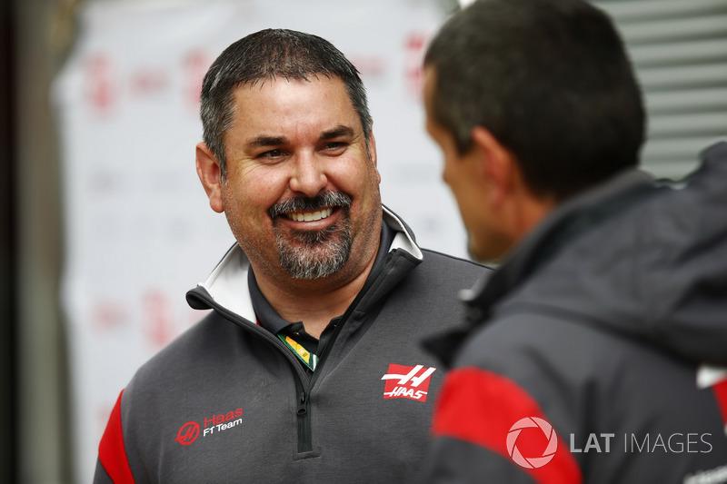Персонал Haas F1 Team спілкується із керівником Haas F1 Team Гюнтером Штайнером