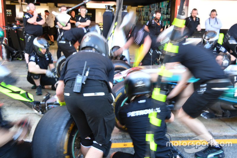 Команда Mercedes AMG F1 отрабатывает процедуру пит-стопа