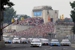 Старт гонки: Ральф Шумахер, Laureus AMG Mercedes C-Klasse, Джейми Грин, Junge Sterne AMG Mercedes C-Klasse, Бруно Спенглер, Mercedes-Benz Bank AMG C-Klasse