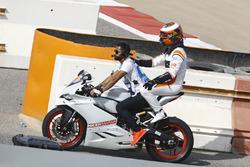 Stoffel Vandoorne, McLaren, consigue un aventón en una moto