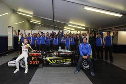 Lando Norris, Carlin Dallara F317 - Volkswagen celebra con el equipo