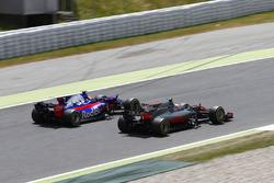 Kevin Magnussen, Haas F1 Team VF-17, battles, Carlos Sainz Jr., Scuderia Toro Rosso STR12
